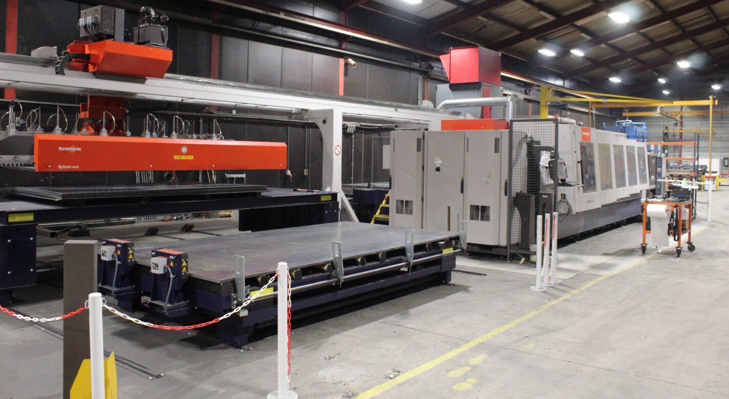 Fiber laser machine aanvoer plaatmateriaal geautomatiseerd
